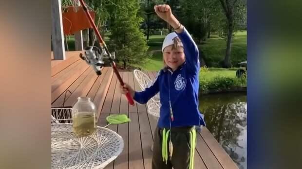 «Сам поймал, пятая!» Гном Гномыч порыбачил в пруду на территории собственного дома: видео