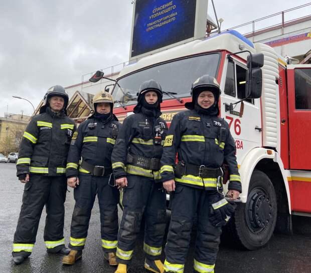 Пожарные ЮВАО спасли петербурженку из Москвы-реки