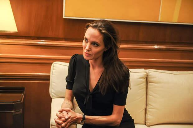 Ребенок испугался Анджелину Джоли, приняв ее за ведьму