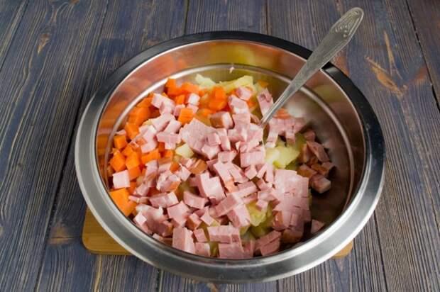 Нарезаем варёную колбасу