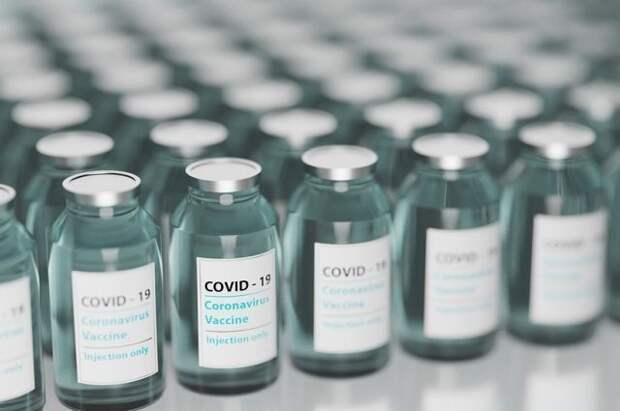 Половина взрослого населения США получила первую прививку от COVID-19