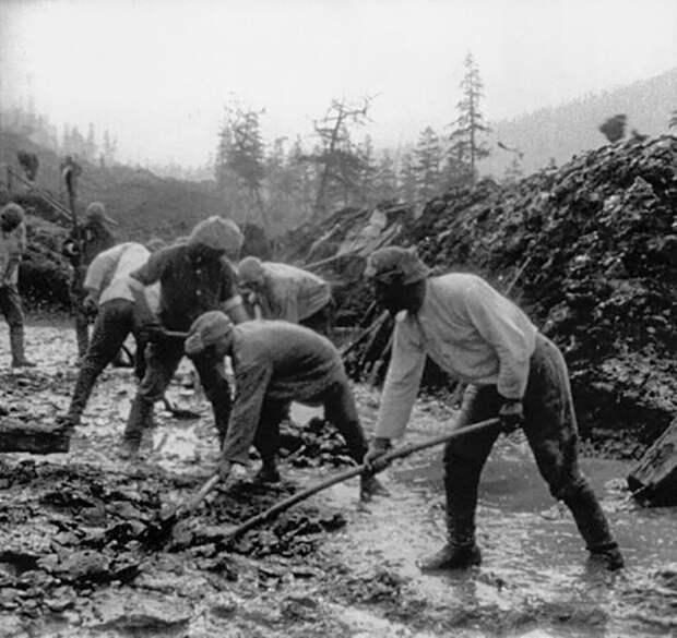 Зэки копают дорогу на Колыме.