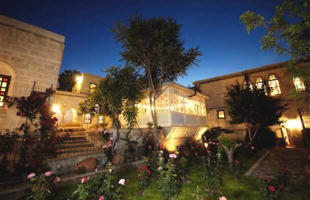 Живописный закат, увиденный с внутреннего дворика гостиничного комплекса Rose Mansions