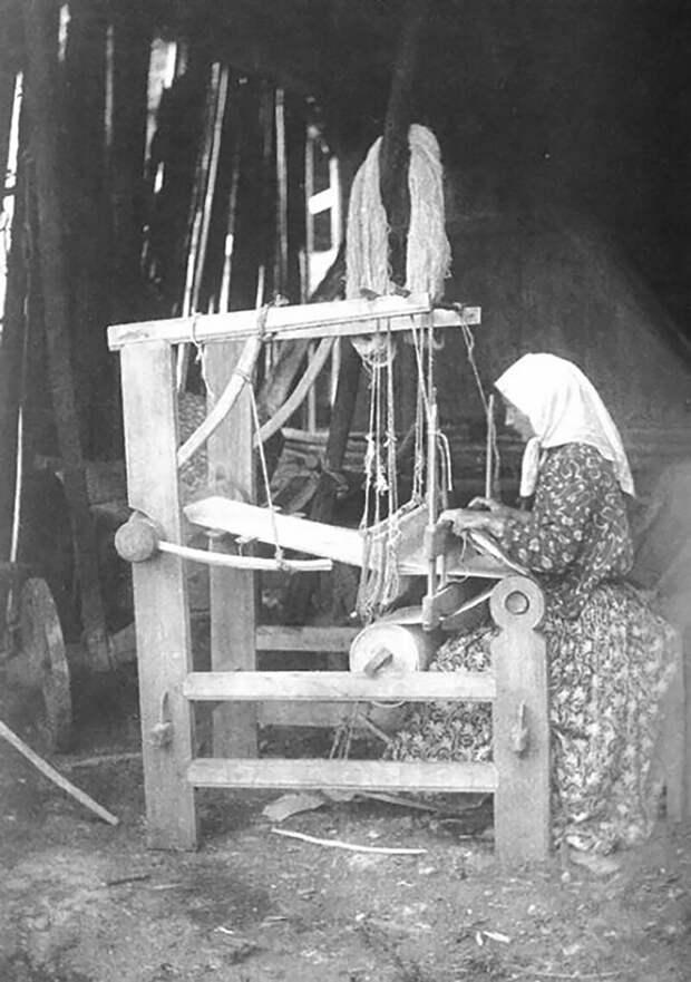 Крестьянка у ткацкого станка