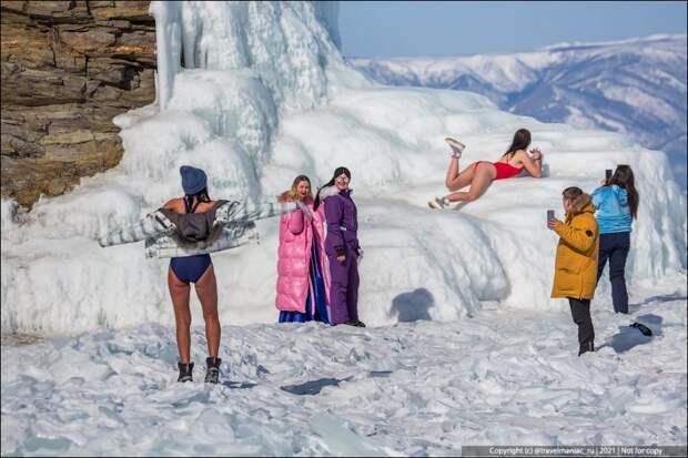 Как на зимнем Байкале на совсем одетые девушки фотографируются ради лайков в своих инстаграмах