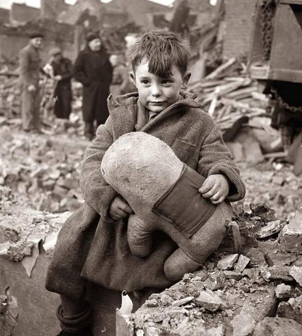 28. Мальчик с мягкой игрушкой после немецкой бомбардировки Лондона