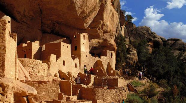 Меса-Верде Колорадо, США Когда-то этот странный город выстроили индейцы-анасази, чей след ученые безуспешно пытаются найти в бурных волнах истории. Архитектура анасази очень необычна: к примеру, в одном доме может быть сразу 150 комнат.