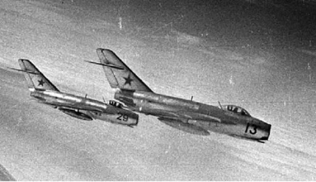 Советский МиГ-17 силой посадил гражданский самолет нарушивший границу. Самолет оказался забит американскими военными