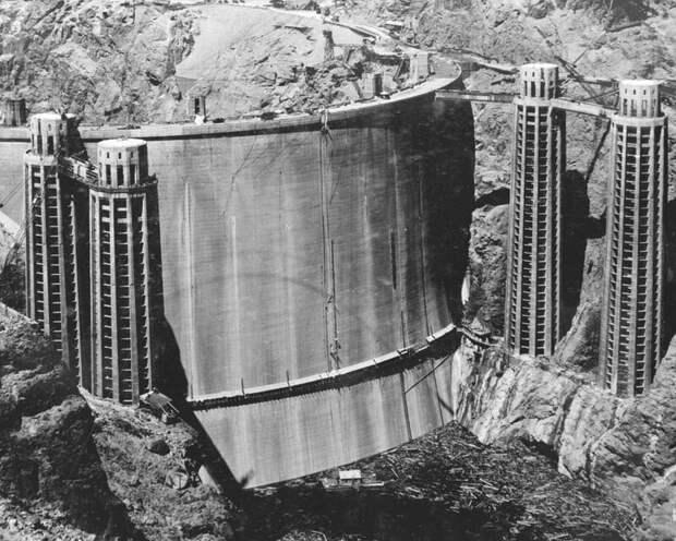 Редко видимая задняя часть плотины Гувера до того, как она заполнилась водой 1936  история, люди, фото