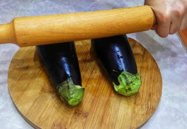 Раскатываем баклажаны скалкой и добавляем внутрь фарш: нежное блюдо за 30 минут
