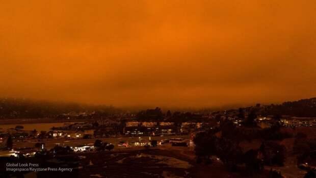 Сжигающее все на своем пути огненное торнадо в США попало на видео