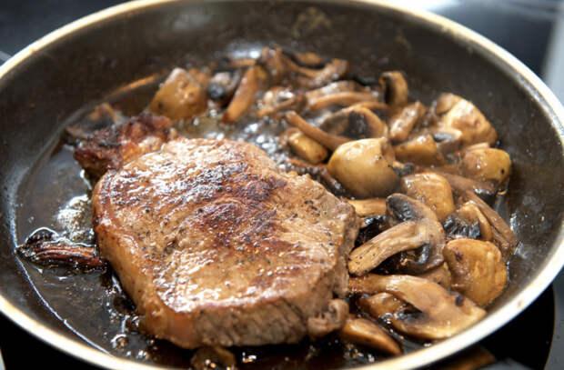 Грибы стали вкуснее по совету повара: сразу не солим, а потом добавляем на сковороду жир
