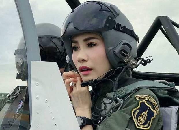 Официальная любовница и генерал авиации Таиланда Сининат Вонгваджирапакди. Фото: The Bureau of the Royal Household
