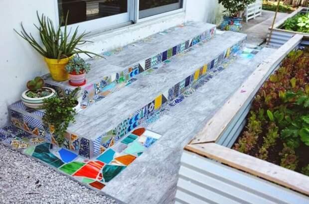 Украшение кусочками плитки обычной лестницы на улице. /Фото: cdn.woodynody.com