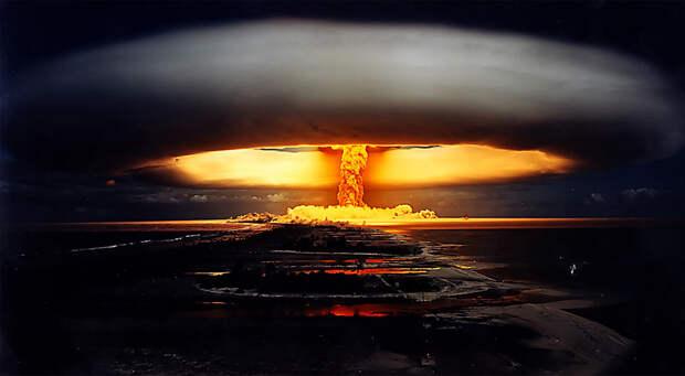 Взрыв ядерной бомбы французского происхождения на полигоне во Французской Полинезии, 1971 год.