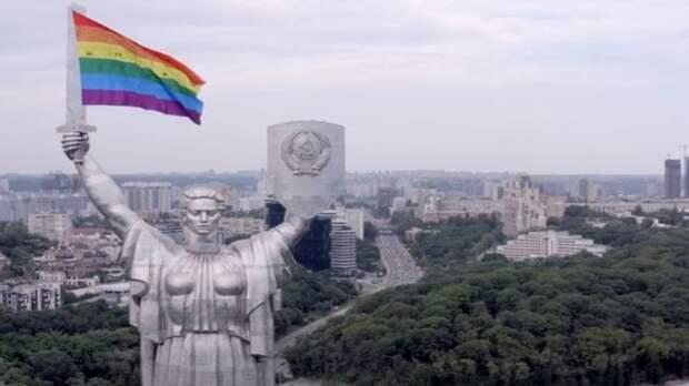 Украинские ЛГБТ-активисты «повесили» радужный флаг на «Родину-мать» в Киеве. Видео