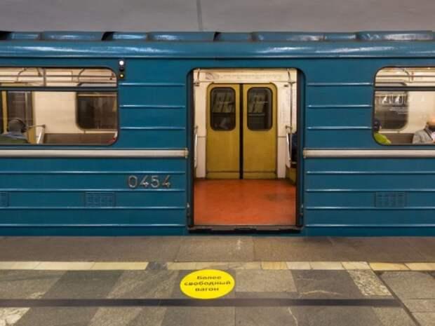 Полуголые молодые люди скрасили поездку пассажиров метро эротическим танцем