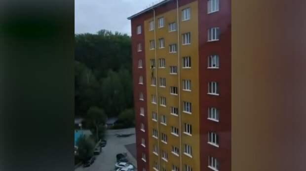 В Западной Сибири женщина удерживала за руки, выпавшего из окна мужчину, пока не приехали спасатели (видео)