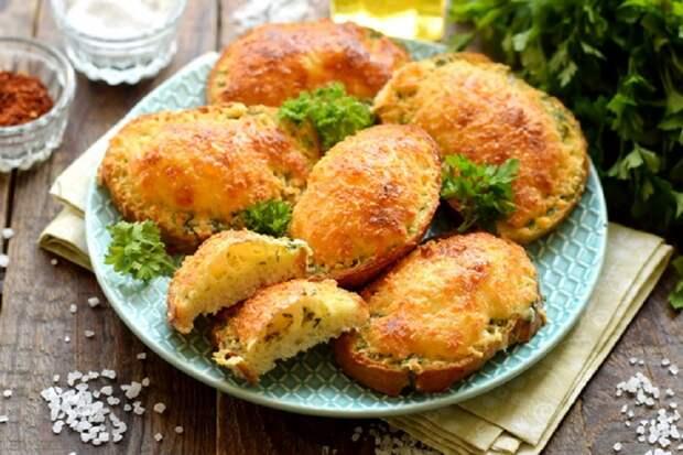 Яичные гренки с сырной «шапочкой»: вытеснят утренние бутерброды