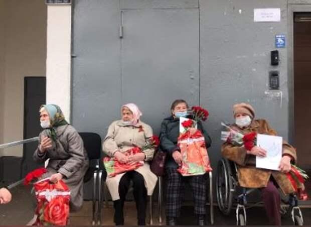 В Лианозове продолжаются индивидуальные поздравления ветеранов во дворах