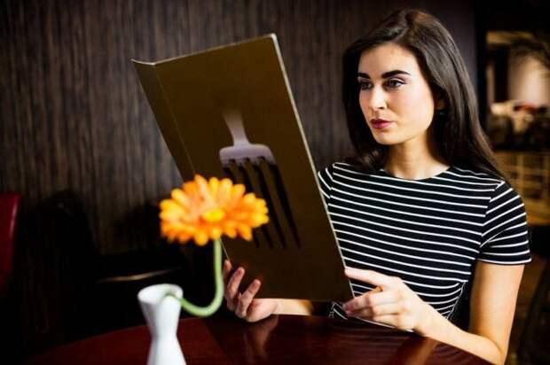 девушка с меню за столиком