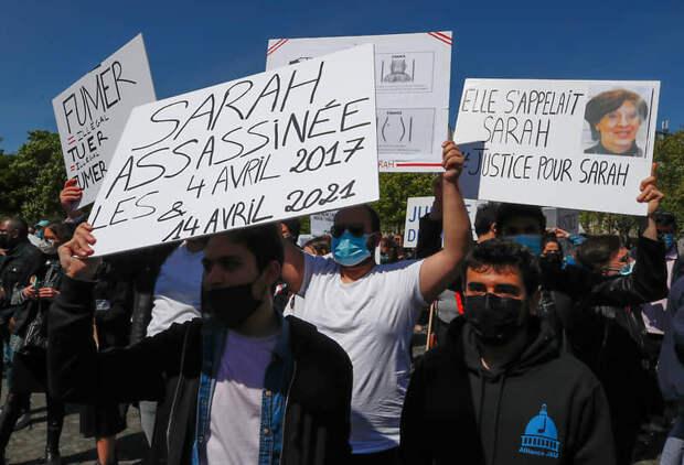 Участники митинга в Париже с табличками «Сара была убита 4 апреля 2017 года и 14 апреля 2021 года» и «Ее звали Сара. Справедливое правосудие для Сары»