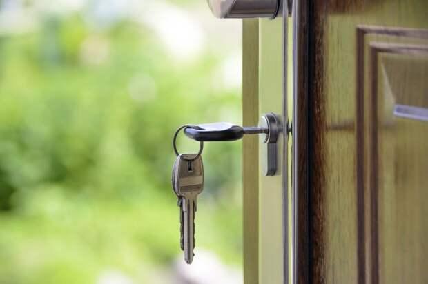Коммунальщики отремонтировали входную дверь дома на Дубнинской