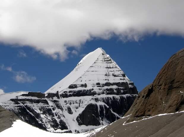 Гора Кайлас - запретное место, куда ещё не поднялся ни один человек. Что так ревностно охраняют власти Тибета