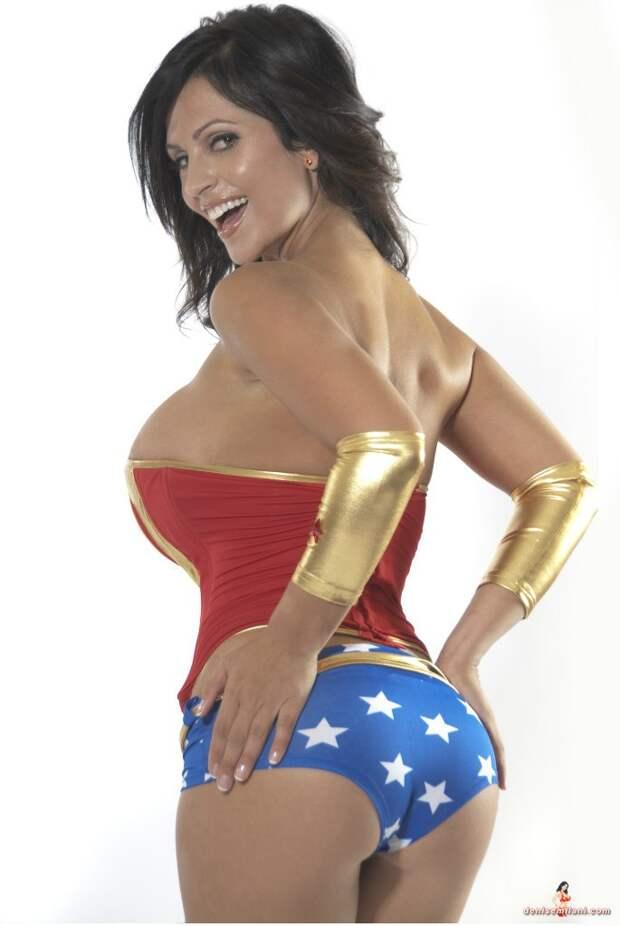 Пышноформая модель Дениз Миланив образе Чудо-женщины.