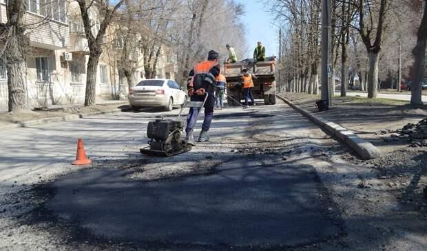 В сплошные ямы и трещины превратились дороги Новочеркасска за зиму