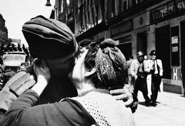 Чешская женщина целует советского солдата-освободителя.