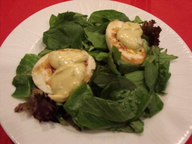 Яйца Жанетт с зеленым салатом