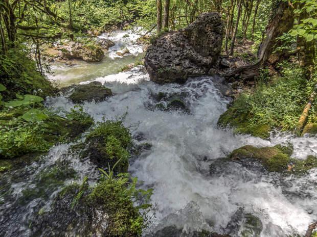 Водопад Исиченко, внизу река Курджипс.