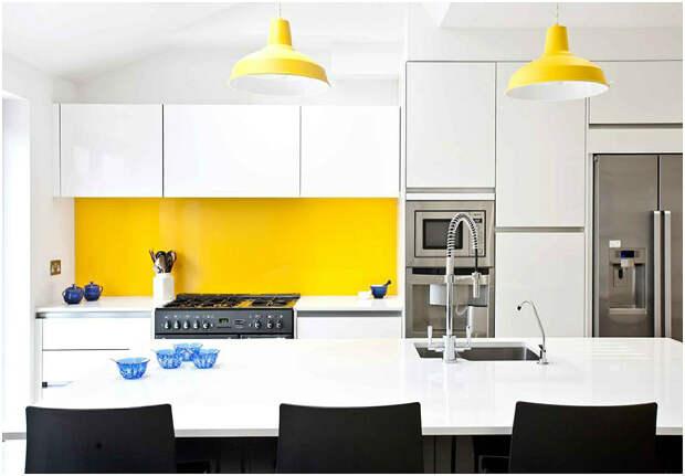 Жёлтый фартук и светильники создают в интерьере тёплую атмосферу