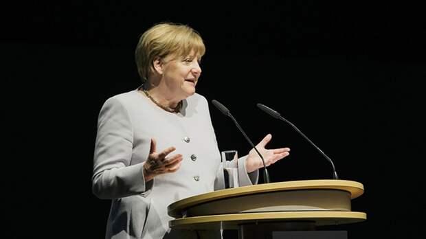 Меркель молча покинула трибуну перед избирателями после новостей о результатах выборов