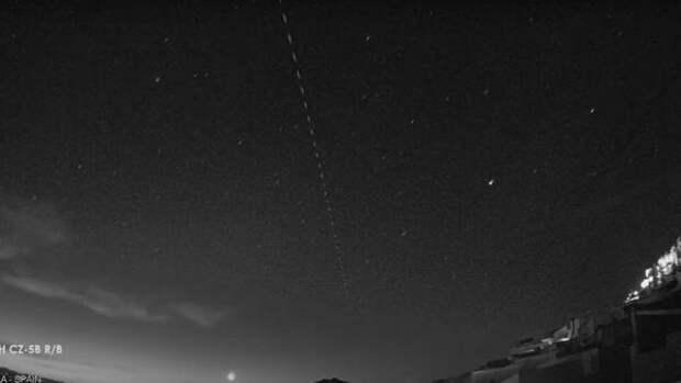 Полет неуправляемой китайской ракеты над городом сняли в Испании