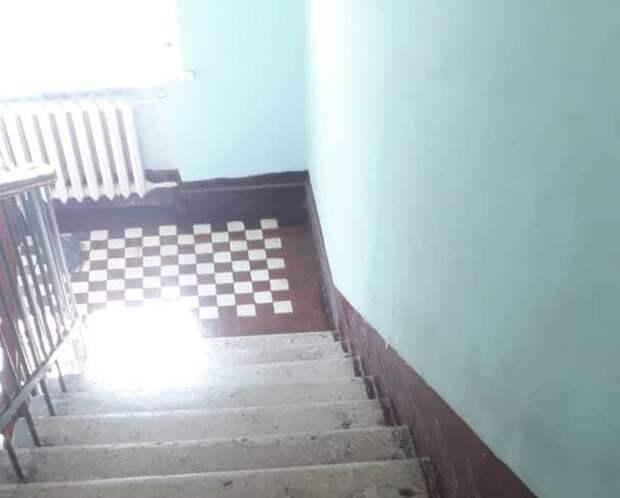 В подъезде дома на Будайском проезде провели генеральную уборку