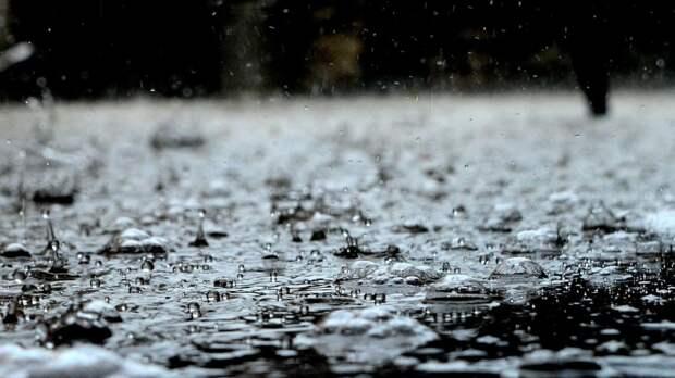 Голый мужчина танцевал под дождем и пытался проникнуть в машины петербуржцев