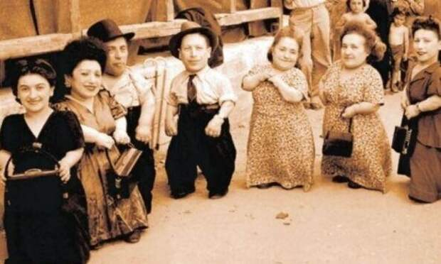 32. Семь лилипутов из Аушвица, выбранных нацистом Йозефом Менгеле для проведения жутких медицинских экспериментов
