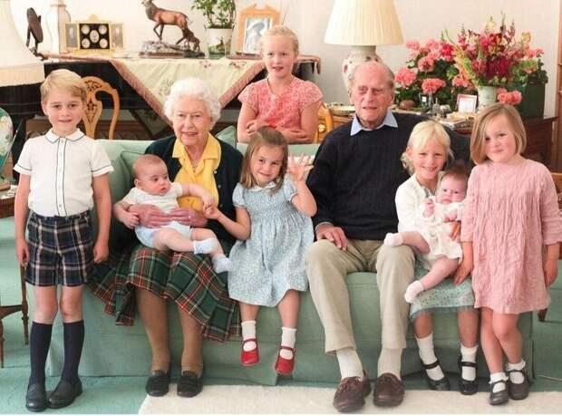 Кейт Миддлтон и принц Уильям опубликовали новые семейные портреты с принцем Филиппом и его правнуками
