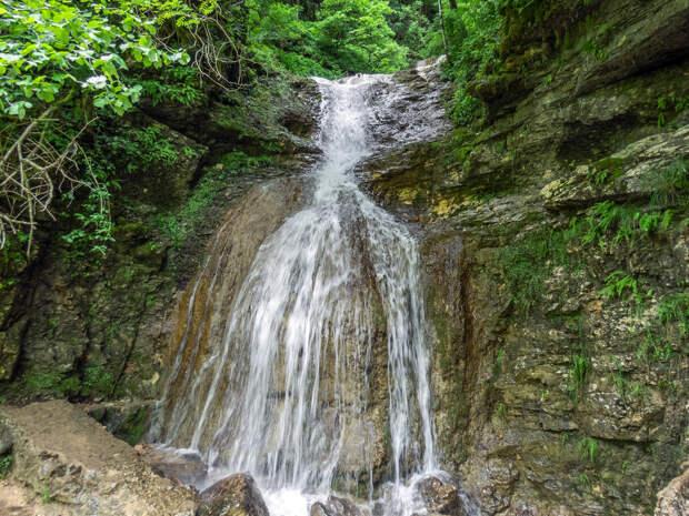 Водопад стекает со склонов ущелья...