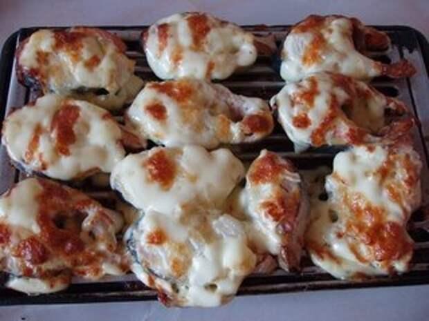 Горбуша, запеченная под сыром и майонезом