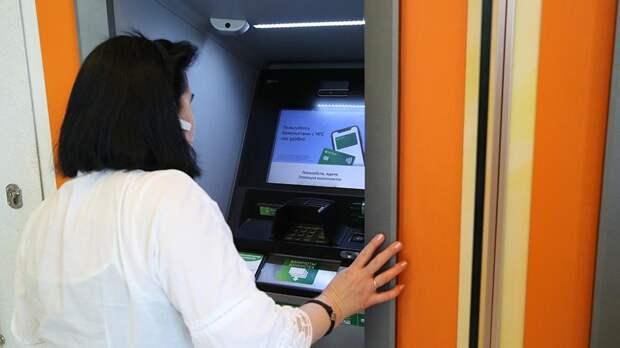 Банки запустят сервис для снятия денег с чужой карты через QR