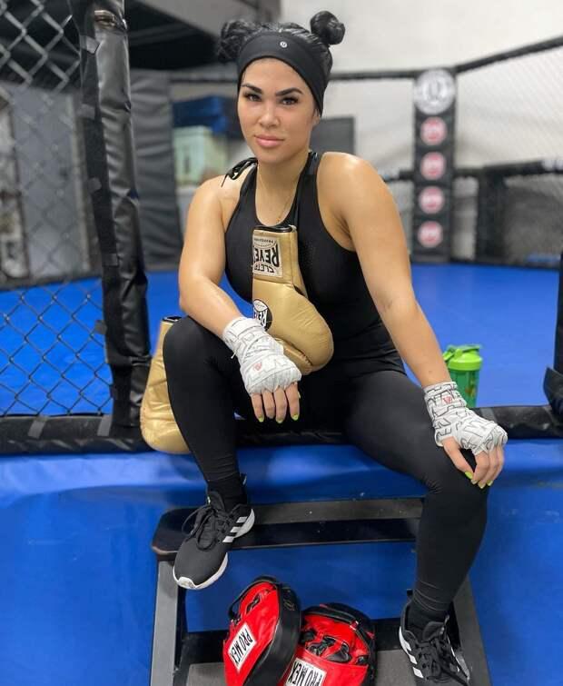 Девушка – боец MMA показала, за что её любят вне ринга,надев крохотное бикини на пышные формы