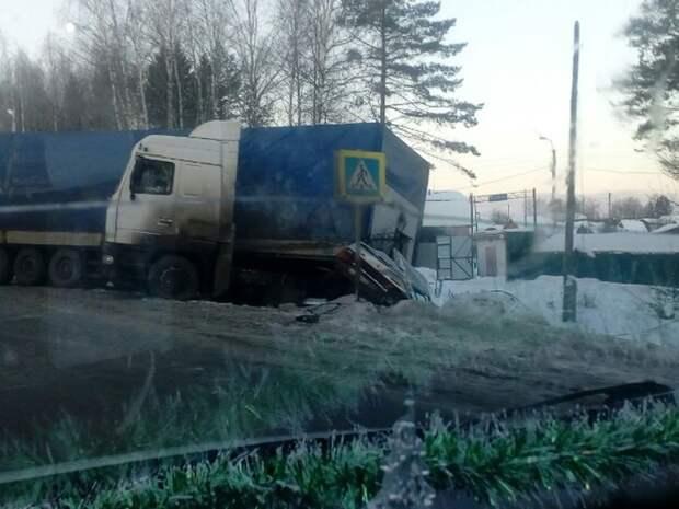 Фура смяла легковушку на трассе под Ижевском: водитель чудом не пострадал