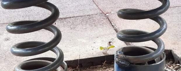 Детские качели починили на улице Гурьянова — Жилищник
