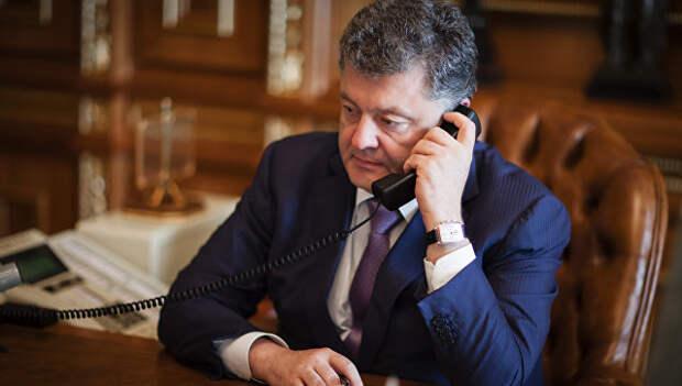Президент Украины Петр Порошенко во время телефонного разговора. Архивное фото