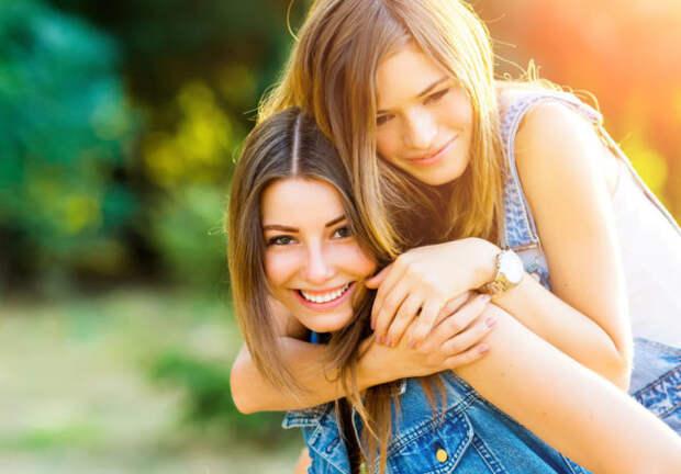 две девушки подруги