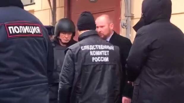 Гнев народа заставил надеть на Соколова бронежилет и каску для проведения следственного эксперимента