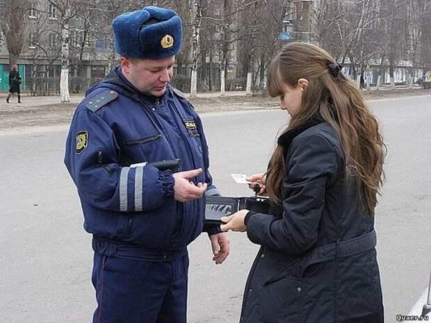 полицейский проверяет документы у девушки